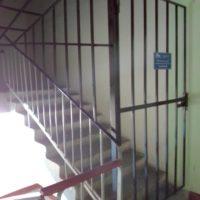 Выполнена установка ограждения выхода на крышу по адресу: ул. Лядова, 36